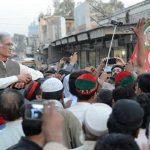Pervaiz Khattak between PTI Workers in Nowshera Kalan on 4-5-2017